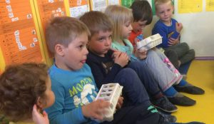 Otroci iz oddelka Kamencki, enote Studeno so raziskovali v bliznji okolici 01