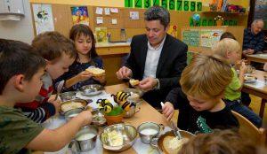 Tradicionalni slovenski zajtrk v oddelku Žoge enote Pastirček 02