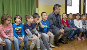 Zupan razdelil knjigo Zacarani gozd – v tednu otroka 03