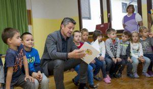 Zupan razdelil knjigo Zacarani gozd – v tednu otroka 06