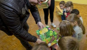 Zupan razdelil knjigo Zacarani gozd – v tednu otroka 11