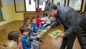 Zupan razdelil knjigo Zacarani gozd – v tednu otroka 12