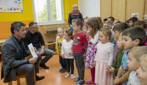 Zupan razdelil knjigo Zacarani gozd – v tednu otroka 21