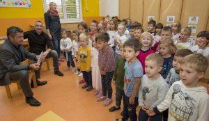Zupan razdelil knjigo Zacarani gozd – v tednu otroka 22