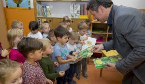 Zupan razdelil knjigo Zacarani gozd – v tednu otroka 23