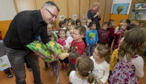 Zupan razdelil knjigo Zacarani gozd – v tednu otroka 24