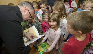 Zupan razdelil knjigo Zacarani gozd – v tednu otroka 25