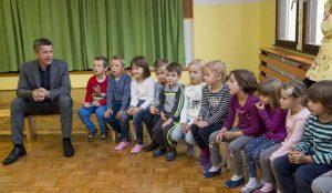 Zupan razdelil knjigo Zacarani gozd – v tednu otroka 02