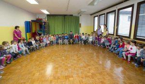 Zupan razdelil knjigo Zacarani gozd – v tednu otroka 04