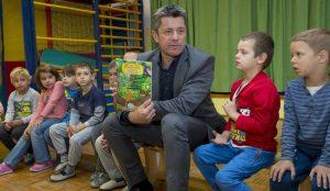 Zupan razdelil knjigo Zacarani gozd – v tednu otroka 07