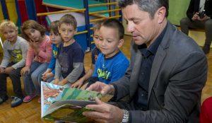 Zupan razdelil knjigo Zacarani gozd – v tednu otroka 08