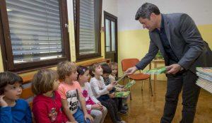 Zupan razdelil knjigo Zacarani gozd – v tednu otroka 09