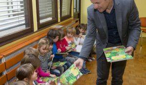 Zupan razdelil knjigo Zacarani gozd – v tednu otroka 10