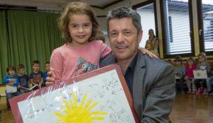 Zupan razdelil knjigo Zacarani gozd – v tednu otroka 16