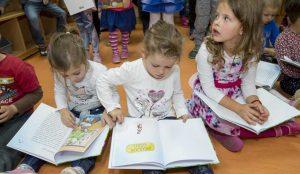 Zupan razdelil knjigo Zacarani gozd – v tednu otroka 26